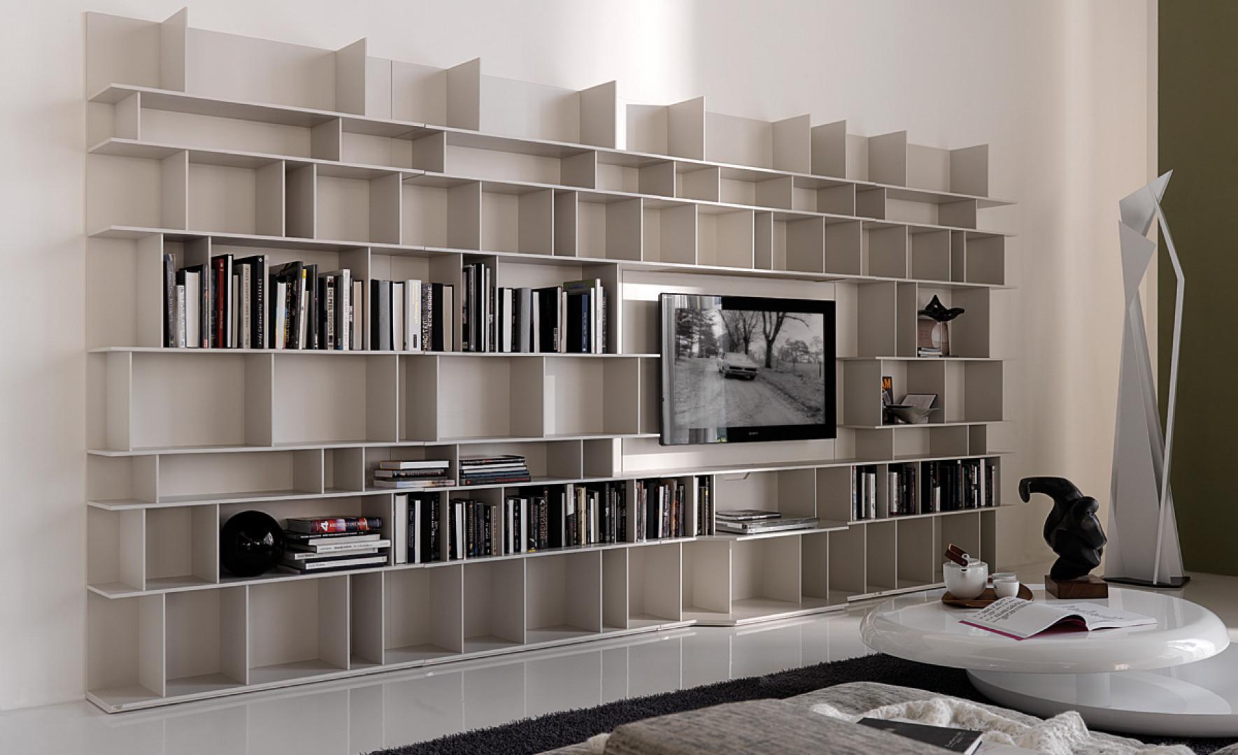 Meblościanka Wally zmieści zarówno telewizor, jak i wiele książek. Fot. Cattelan Italia