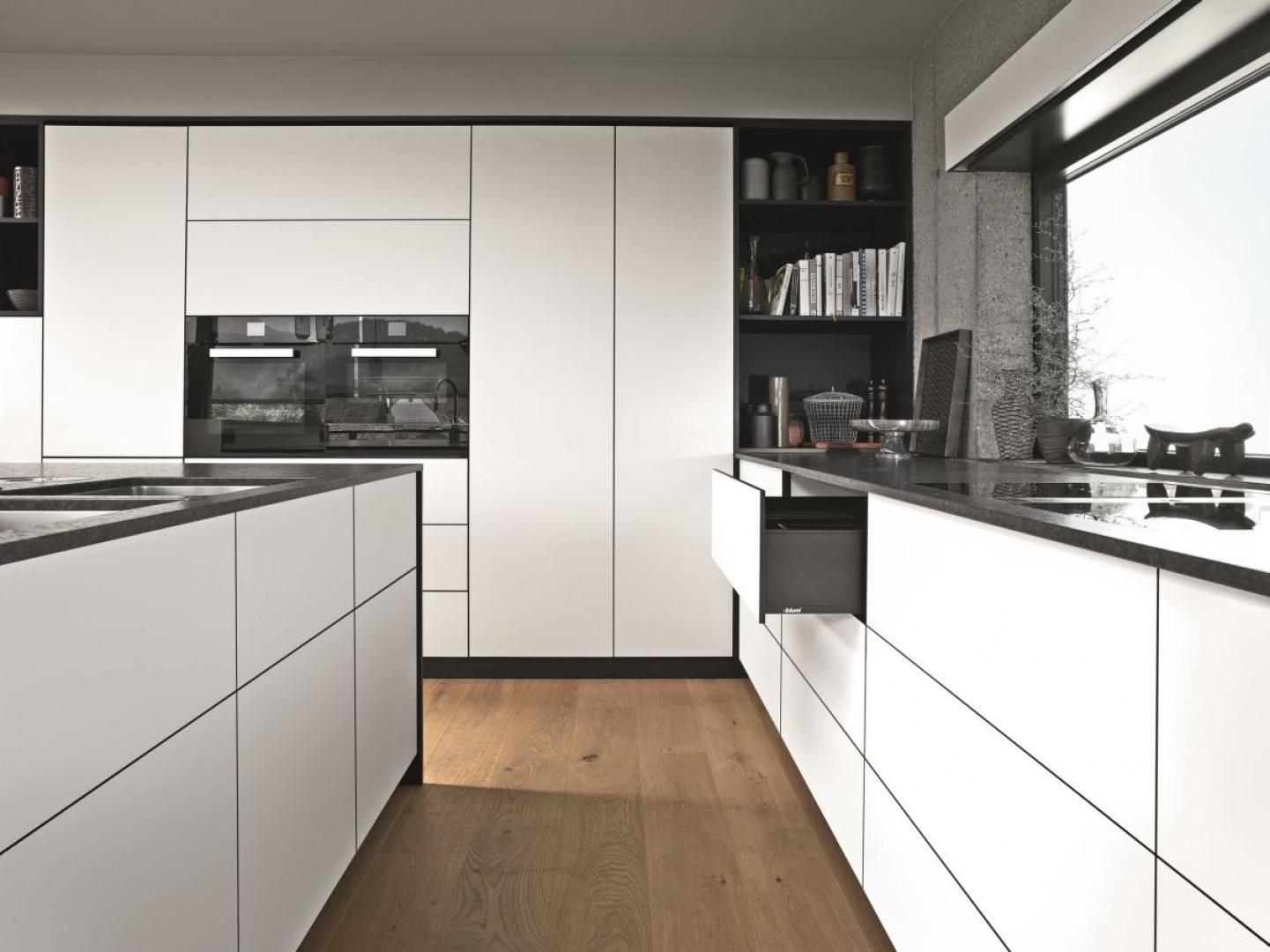 Popularny obecnie styl minimalistyczny lubuje się w prostych i lekkich bryłach, które chętnie korzystają między innymi z cienkich frontów. Fot. Blum