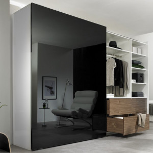 Lśniąca czarna tafla drzwi szafy dodaje elegancji wnętrzu. Fot. Hettich