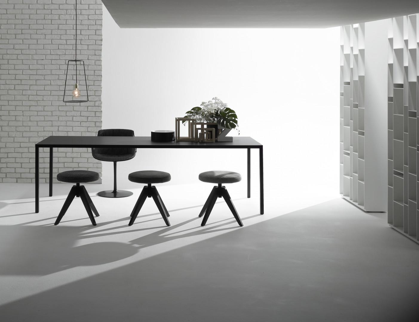 Minimalistyczny stół Tense marki MDF Italia. Fot. Rooms Design