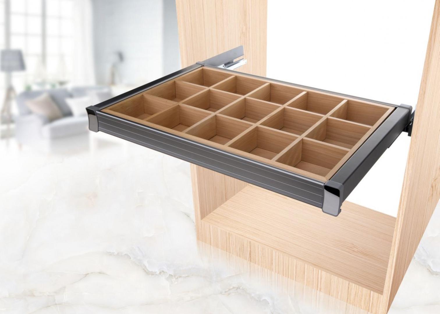 Aluminiowa szuflada przeznaczona na drobne elementy garderoby, tj. bieliznę, biżuterię czy paski – DX006.
