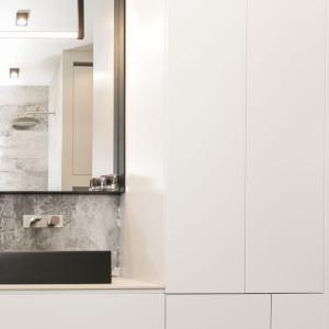 W łazience duże wrażenie robią ręcznie wykonywane baterie włoskiej marki Ritmonio, utrzymane w industrialnym stylu, które uwodzą minimalistyczną formą, ubraną w szczotkowaną stal i betonowe dodatki. Projekt: 3DProjekt architektura.