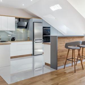 Biała kuchnia z drewnianymi akcentami, ocieplającymi jej wizerunek. Fot. Studio Prestige/ Max Kuchnie