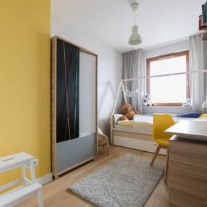 """Pierwszoklasista ma tu wszystko, co potrzebne do nauki i odpoczynku. Łóżko z wysuwaną szufladą na pościel zajmuje całą szerokość pokoju. Zbudowany nad nim """"baldachim"""" to świetne miejsce na wiszące ozdoby. Projekt: Małgorzata Górska-Niwińska (Pracownia Architektoniczna MGN)."""