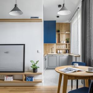 Bazę projektu stanowią białe i szare ściany oraz naturalna dębowa podłoga. Projekt: 3XEL Architekci. Fot. Dariusz Jarząbek