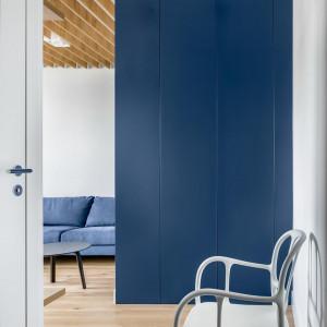 Całemu mieszkaniu przyświecała wizja wykorzystania każdej dostępnej przestrzeni. Projekt: 3XEL Architekci. Fot. Dariusz Jarząbek