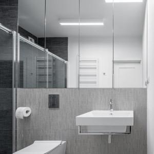 Łazienka również kryje dużo miejsca do przechowywania. Projekt: 3XEL Architekci. Fot. Dariusz Jarząbek