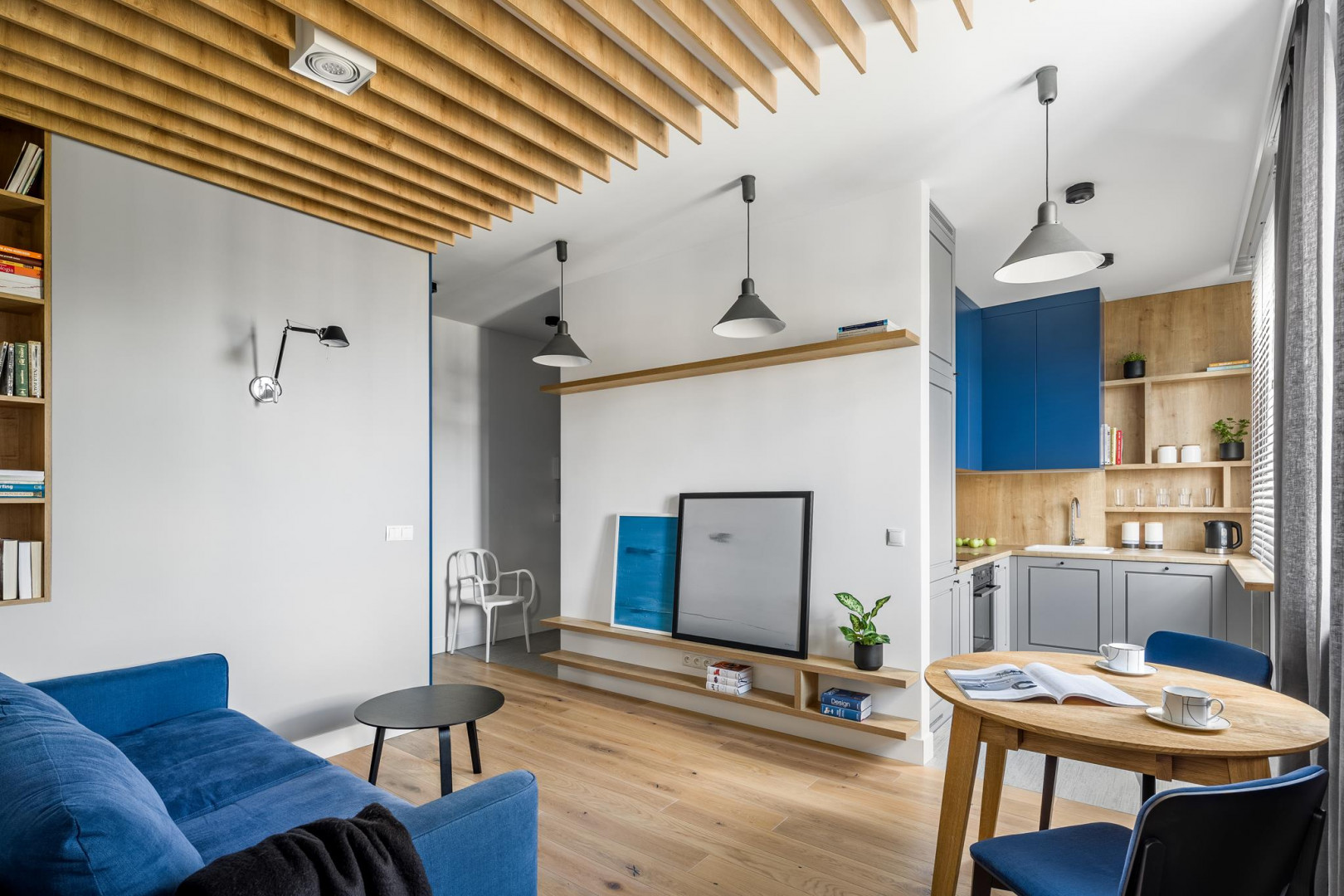 Obecny rozkład mieszkania o powierzchni 45 m² na warszawskim Żoliborzu różni się od tego pierwotnego. Pozostawiono tylko kominy i ze względu na przyłącza kuchnia i łazienka zostały w pierwotnych miejscach, ale w innej formie. Projekt: 3XEL Architekci. Fot. Dariusz Jarząbek