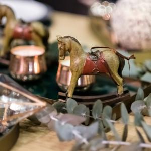 Aranżacja świątecznego stołu przygotowana przez Karolinę Malinowską na specjalnej ekspozycji w Domotece. Fot. Domoteka