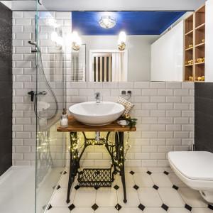 W łazience w oryginalny sposób możemy wykorzystać tradycyjne lampki choinkowe. Fot. Pracownia Kodo