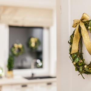Złoto i zieleń dobrze prezentują się w minimalistycznych, jasnych wnętrzach. Przełamują nowoczesny charakter, wprowadzając nutę stylu retro.  Fot. Pracownia Kodo