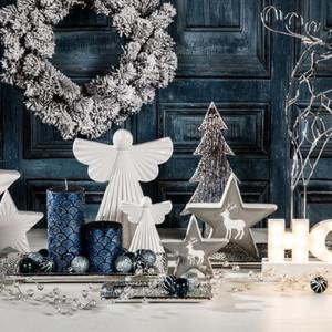Białe świąteczne dekoracje doskonale komponują się na przykład z granatem. Fot. Agata