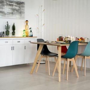 Jadalnia zyska wyjątkową aurę, jeśli wstawimy do niej dębowy stół. Fot. Make Home