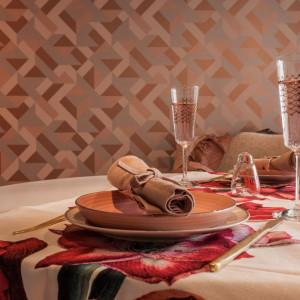 Odcienie najmodniejszego koloru roku 2019 pojawiły się także w postaci świec i zastawy stołowej. Projekt: pracownia Kodo. Fot. Pracownia Kodo