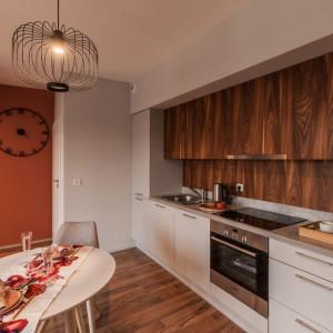 Ze względu na niewielką powierzchnię mieszkania kuchnia nie stanowi odrębnej strefy. Projekt: pracownia Kodo. Fot. Pracownia Kodo