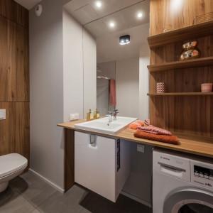 Z przedpokoju przechodzimy do łazienki, w której ściana w najmodniejszym kolorze roku 2019 oraz palisandrowa zabudowa strefy umywalkowej i WC tworzą spójną kompozycję. Projekt: pracownia Kodo. Fot. Pracownia Kodo
