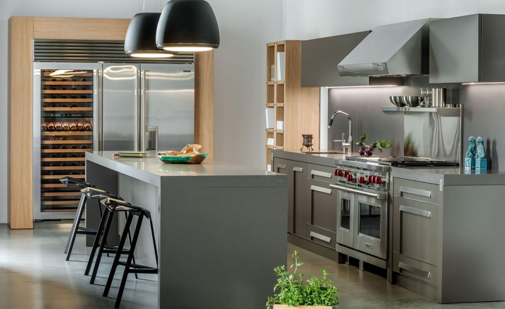 Projektanci kuchni New York firmy Zajc nie zapomnieli o praktycznej szafie na wino. Fot. Zajc
