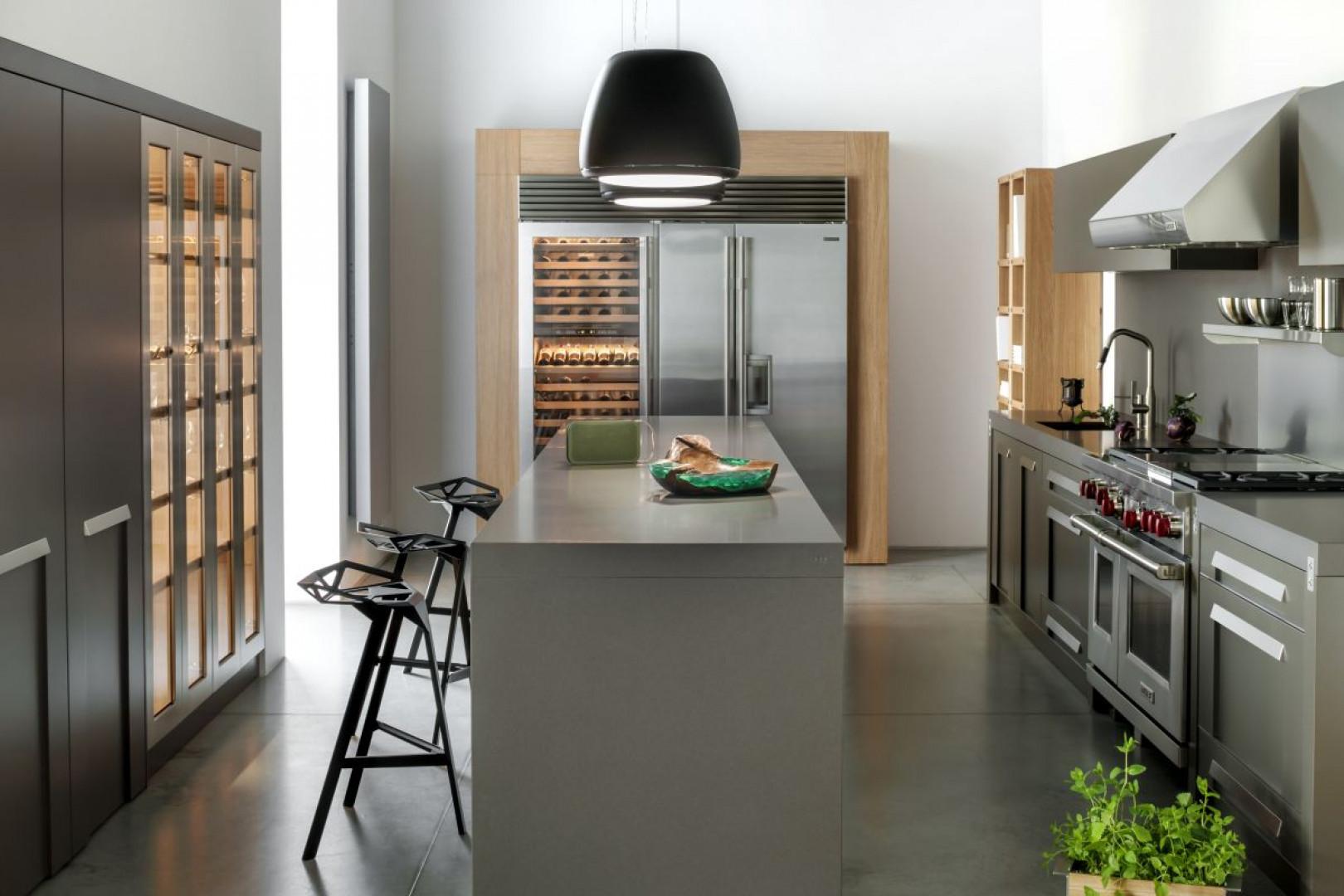 Szara kuchnia w industrialnym stylu z drewnianymi dodatkami. Fot. Zajc