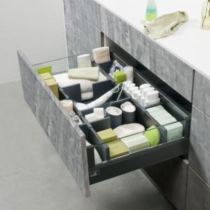 Wygodny organizer pozwoli zapanować nad różnorodnym asortymentem łazienkowym, a dzięki opcji Push to open Silent możemy zrezygnować z uchwytów i nadal cieszyć się komfortem użytkowania szuflady. Fot. Hettich