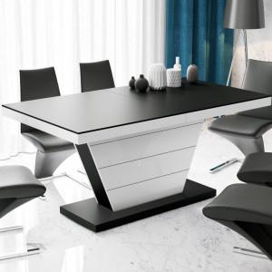 """Stół """"Vega"""" jest  przykładem połączenia blatu wykończonego głębokim matem z podstawą na wysoki połysk. Fot. Hubertus Design"""