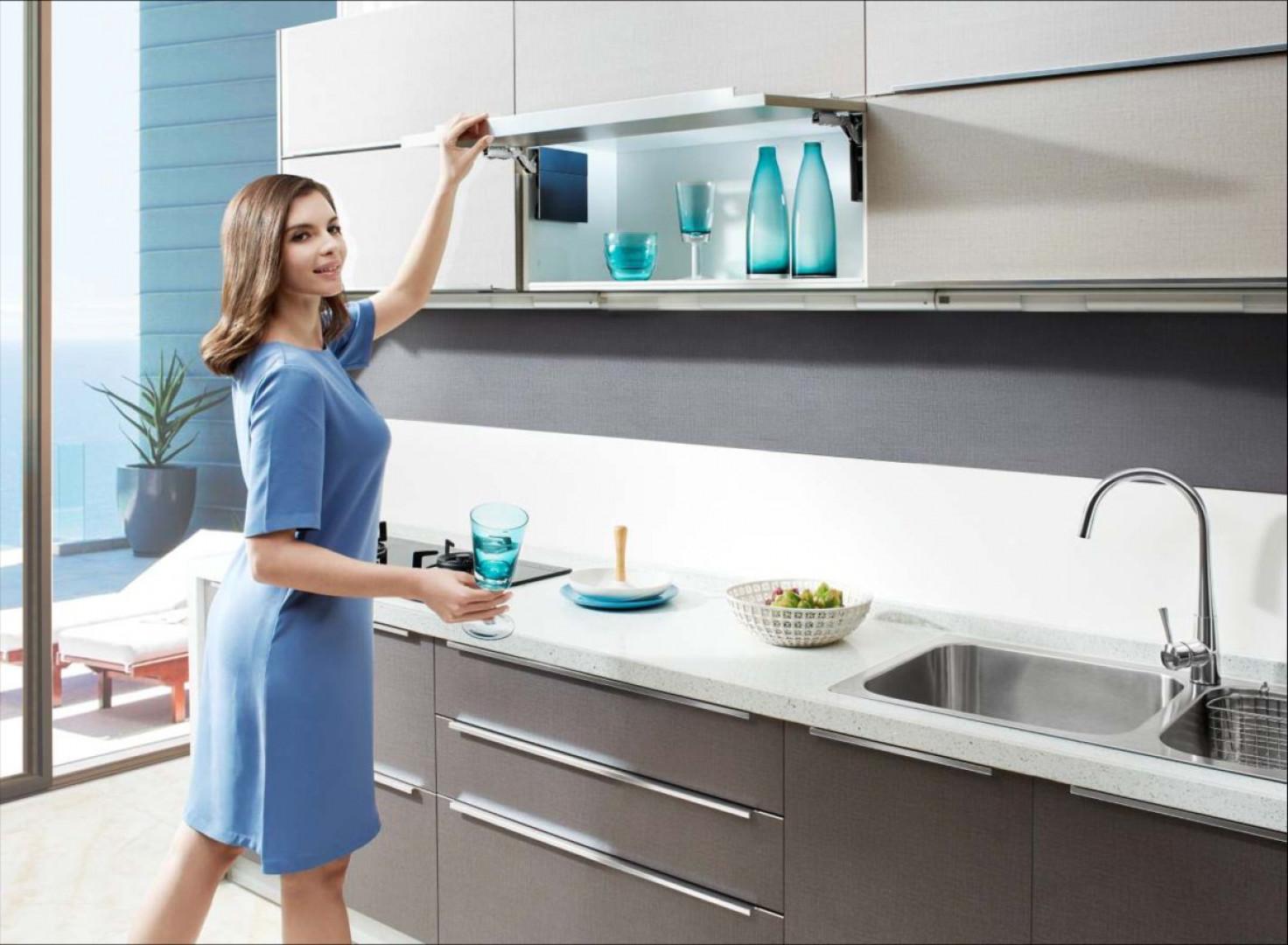 """System """"Top-Stays"""" firmy Amix ułatwia korzystania z szafek górnych w kuchni. Fot. Amix"""