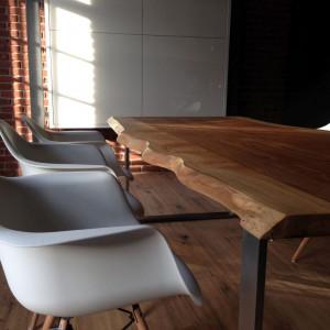 Krzesła z tworzywa jako dodatek do stołu z litego drewna? Dlaczego nie! Fot. Trebord