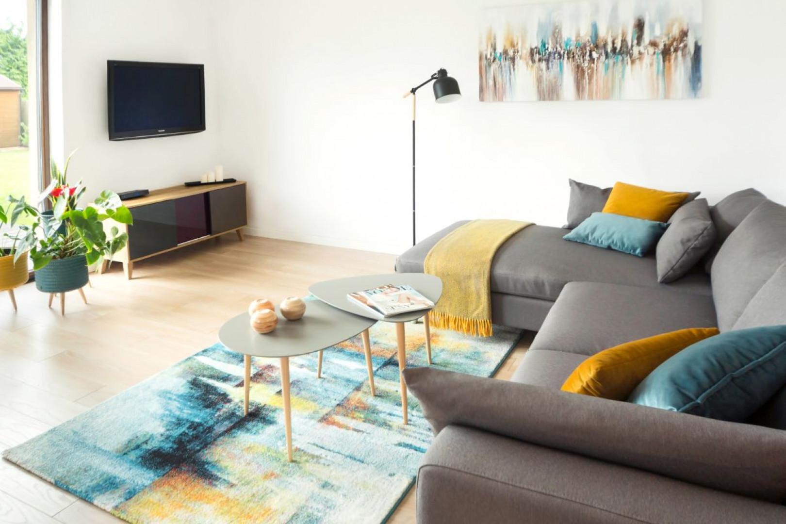 Dominujący we wnętrzu skandynawski minimalizm przełamują kolorowe dodatki. Projekt: Kinga Świątek-Wolna. Fot,. Make Home