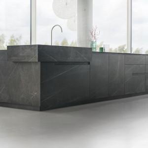 Fronty i blaty wykonane są z jednego rodzaju marmuru Pietra Grey. Fot. Zajc