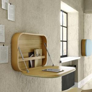 Takie biurko zmieści się niemal wszędzie. Biurko Nubo. Projekt: GamFratesi. Fot. Ligne Roset