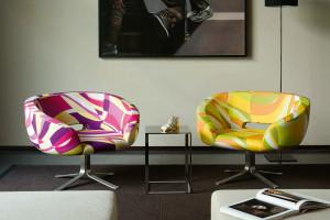 Meble do salonu: zobacz wielokolorowe sofy i fotele kultowych marek
