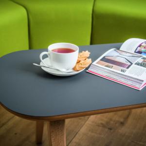 Stolik kawowy z eleganckim blatem wykończonym w głębokim macie. Fot. Egger