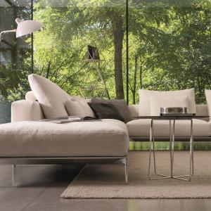 Minimalistyczna sofa Savoye, z niskim oparciem i poduchami doskonale wpasowuje się w nowoczesne wnętrze. Fot. Desiree
