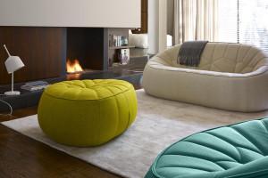 Meble do salonu: wybierz nowoczesne sofy z nietypowymi przeszyciami