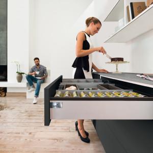Ważnym elementem kuchni są odpowiednio zaprojektowane miejsca do przechowywania. Fot. Hettich