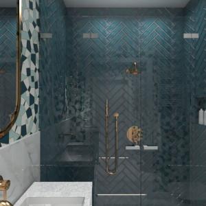 Tutaj duże kafle imitujące marmur połączono z zielonymi płytkami ceramicznymi o prostokątnym kształcie. Ułożone w modny wzór jodełki, zdobią część ścian. Projekt: Małgorzata Górska-Niwińska. Fot. Pracownia Architektoniczna MGN