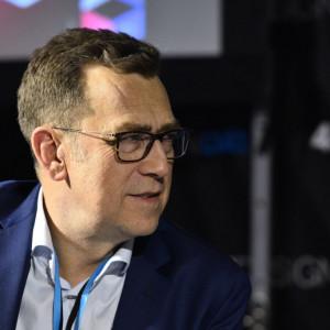 """Maciej Orłoś, moderator panelu """"Polska marka meblowa – szansa czy mit"""". Fot. PTWP"""