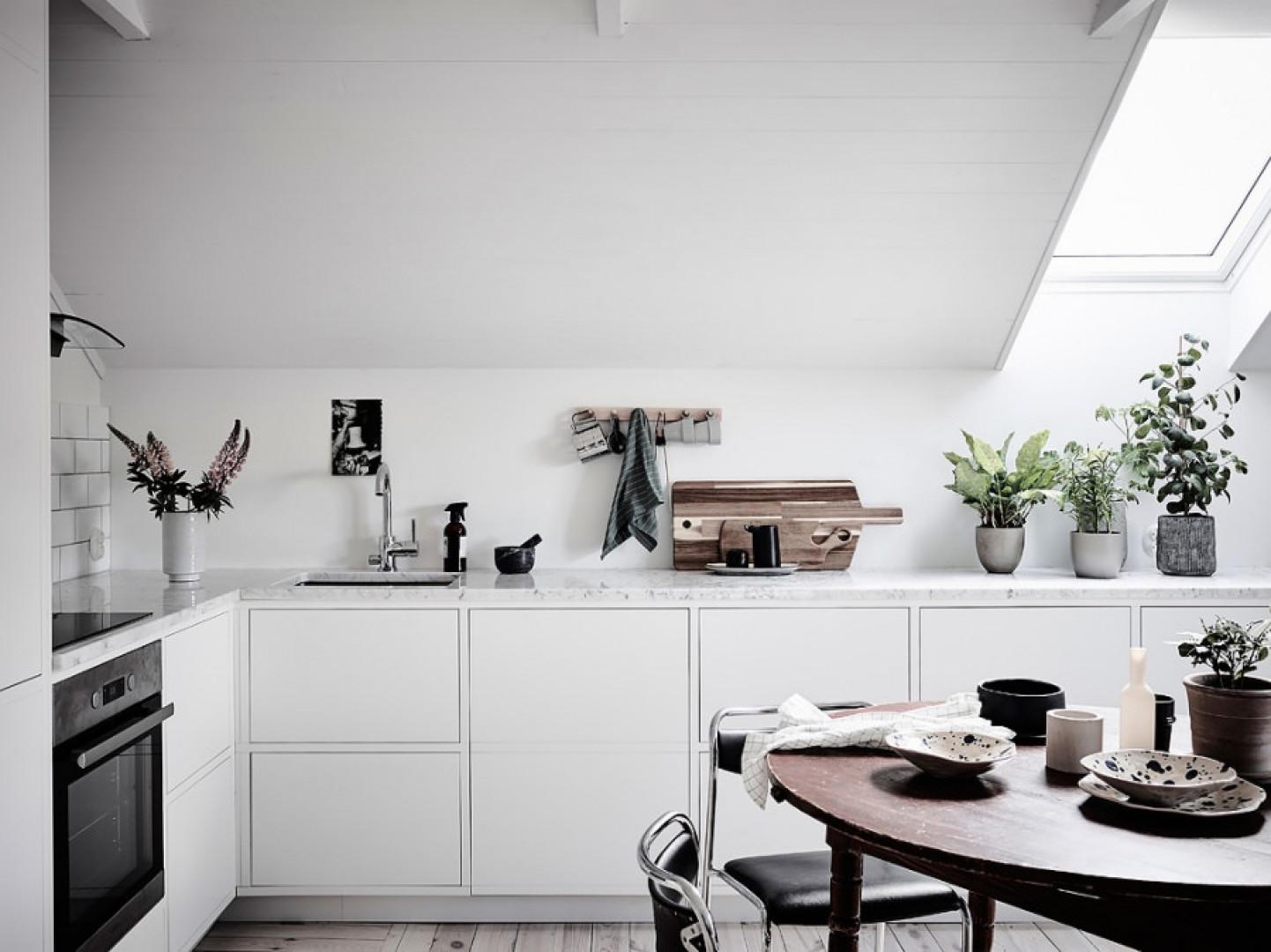 Białe szafki dodatkowo rozświetlają kuchnię na poddaszu. Fot. Materiały prasowe