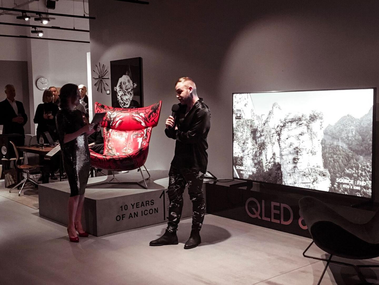 Mateusz Sudy podczas prezentacji swojej artystycznej wersji fotela Imola. Fot. BoConcept