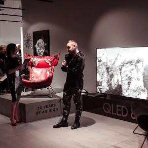 Mateusz Sudy podczas prezentacji swojej artystycznej wersji fotela