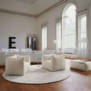 Jasne fotele i sofy w przestronnym salonie. Fot. B&B Italia
