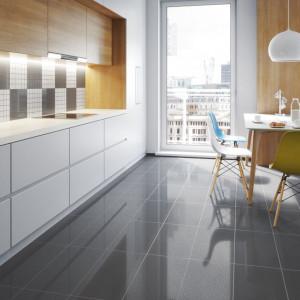 Mozaika będzie nie tylko doskonałym uzupełnieniem nowoczesnych aranżacji opartych na wielkoformatowych płytkach podłogowych, ale też wprowadzi do wnętrza nieco ciepła i przytulności. Fot. Cerrad