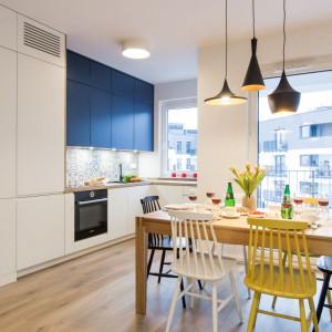 Geometria oraz wyraziste barwy dobrze czują się w zestawieniu z bielą i naturalnym materiałem. Widać to na przykładzie kuchni. Fot. Kodo