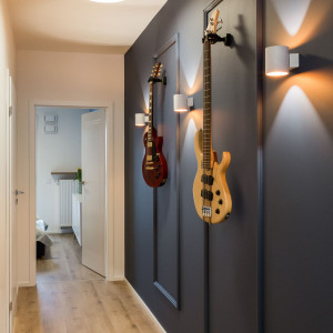W przedpokoju uwagę przykuwa korytarz ze sztukaterią, która stanowi doskonałą bazę dla instrumentów muzycznych. Fot. Kodo