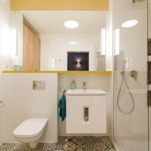 Klimat łazienki został podkreślony za pomocą patchworkowego wzoru płytek. Fot. Kodo