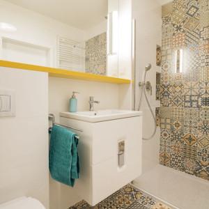 Patchworkowy wzór płytek znalazł zastosowanie nie tylko na podłodze, ale także w strefie prysznicowej – na jednej ze ścian i we wnękach. Fot. Kodo