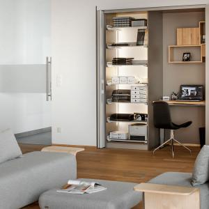 Biurko można schować w szafie wykonanej na wymiar. Fot. Peka