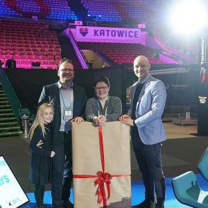 Wręczenie nagrody głównej odbyło się 27 stycznia w trakcie targów 4 Design Days 2019. Na zdjęciu zwycięzca, Seweryn Nogalski, Justyna Łotowska, szefowa redakcji wnętrzarskiej Publikatora oraz przedstawiciel marki MAXLIGHT, sponsor nagrody głównej