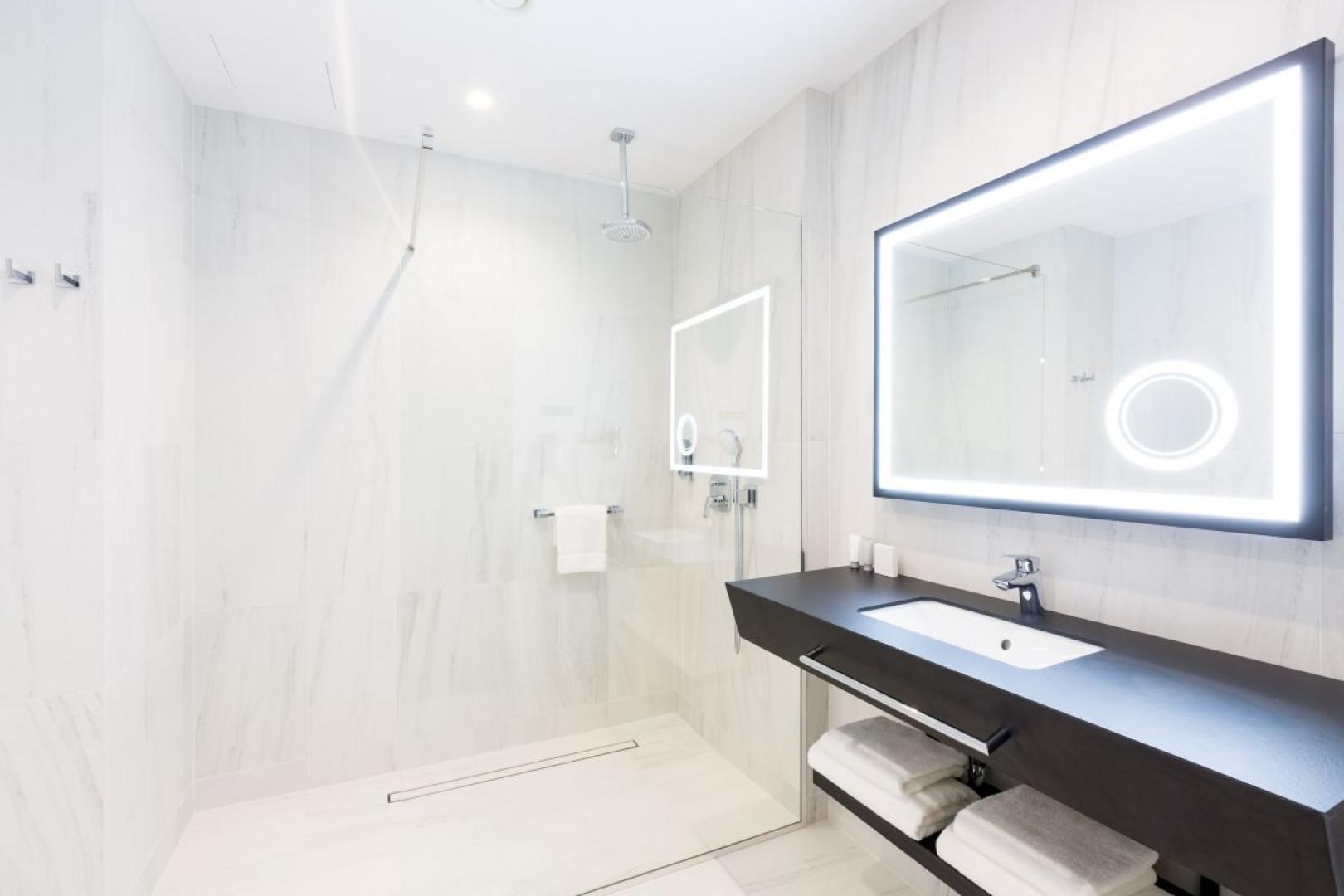 Do wykonania blatu i półki w tej łazience wykorzystano laminat marki Abet Laminati. Fot. Abet Laminati
