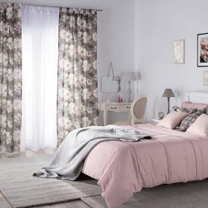 Poduszki utrzymane w podobnej kolorytysce jak inne elementy wystroju wnętrza wprowadzają do niego klimat spokoju i przytulności. Fot. Dekoria.pl