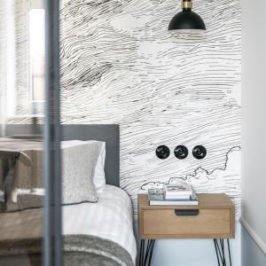 Niektóre elementy aranżacji nawiązują do stylu retro: okrągłe przełączniki światła, listwy przypodłogowe i delikatne sztukaterie czy wzór płytek podłogowych. Fot. Tom Kurek